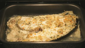 Μαγείρεμα της πέστροφας ψαριών στο φούρνο απόθεμα βίντεο