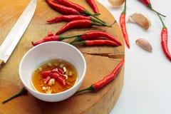 Μαγείρεμα της σάλτσας σκόρδου, τσίλι και ψαριών στο άσπρο υπόβαθρο στοκ εικόνες