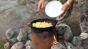 Μαγείρεμα του κρέατος στο καζάνι υπαίθρια απόθεμα βίντεο