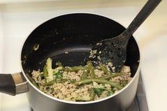 Μαγείρεμα του σολομού με τα πράσινα φασόλια Στοκ φωτογραφία με δικαίωμα ελεύθερης χρήσης