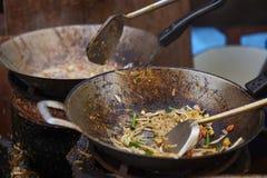 Μαγείρεμα του ταϊλανδικού γρασιδιού Goong μαξιλαριών στο παν, τηγανισμένο ταϊλανδικό ύφος νουντλς με τις γαρίδες στοκ φωτογραφία με δικαίωμα ελεύθερης χρήσης