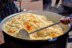 Μαγείρεμα του του Ουζμπεκιστάν πιάτου pilaf σε υπαίθριο με το κρέας βόειου κρέατος Στοκ φωτογραφίες με δικαίωμα ελεύθερης χρήσης