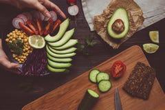 Μαγείρεμα του υγιούς γεύματος με chickpea και τα λαχανικά τρόφιμα έννοιας υγιή Τρόφιμα Vegan χορτοφάγος σιτηρεσίου Στοκ φωτογραφίες με δικαίωμα ελεύθερης χρήσης