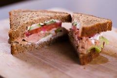 Μαγείρεμα του φρέσκου σπιτικού ψημένου στη σχάρα σάντουιτς τόνου στο ξύλο Στοκ εικόνα με δικαίωμα ελεύθερης χρήσης
