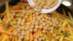 Μαγείρεμα του χορτοφάγου πιάτου με chickpeas φιλμ μικρού μήκους