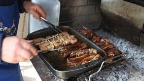 Μαγείρεμα του ψημένου στη σχάρα χοιρινού κρέατος απόθεμα βίντεο