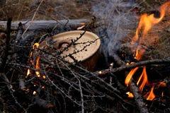 Μαγείρεμα τρώγοντας το κλειστό τηγάνι μετάλλων στην πυρκαγιά Γεύμα σε μια στάση Στάση του ψαρά και του κυνηγού στοκ φωτογραφία με δικαίωμα ελεύθερης χρήσης