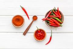 Μαγείρεμα των καυτών τροφίμων με το πιπέρι τσίλι στην άσπρη ξύλινη τοπ άποψη επιτραπέζιου υποβάθρου στοκ εικόνες με δικαίωμα ελεύθερης χρήσης
