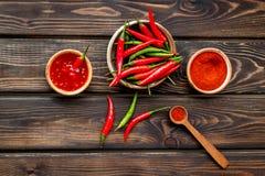Μαγείρεμα των καυτών τροφίμων με το πιπέρι τσίλι στην ξύλινη τοπ άποψη επιτραπέζιου υποβάθρου στοκ εικόνα με δικαίωμα ελεύθερης χρήσης