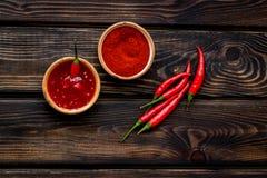 Μαγείρεμα των καυτών τροφίμων με το πιπέρι τσίλι στην ξύλινη τοπ άποψη επιτραπέζιου υποβάθρου στοκ φωτογραφίες με δικαίωμα ελεύθερης χρήσης