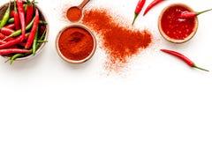Μαγείρεμα των καυτών τροφίμων με το πιπέρι τσίλι στο άσπρο διάστημα αντιγράφων άποψης επιτραπέζιου υποβάθρου τοπ στοκ εικόνες