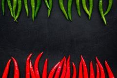 Μαγείρεμα των καυτών τροφίμων με το πιπέρι τσίλι στο μαύρο διάστημα αντιγράφων άποψης επιτραπέζιου υποβάθρου τοπ στοκ εικόνες με δικαίωμα ελεύθερης χρήσης