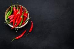 Μαγείρεμα των καυτών τροφίμων με το πιπέρι τσίλι στο μαύρο διάστημα αντιγράφων άποψης επιτραπέζιου υποβάθρου τοπ στοκ φωτογραφία με δικαίωμα ελεύθερης χρήσης