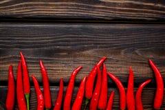 Μαγείρεμα των καυτών τροφίμων με το πιπέρι τσίλι στο ξύλινο διάστημα αντιγράφων άποψης επιτραπέζιου υποβάθρου τοπ στοκ φωτογραφία με δικαίωμα ελεύθερης χρήσης