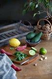 Μαγείρεμα των μεξικάνικων τροφίμων guacamole - αβοκάντο, ασβέστης, λεμόνι, πιπέρι, σκόρδο και cilantro σε έναν ξύλινο πίνακα στοκ εικόνα με δικαίωμα ελεύθερης χρήσης