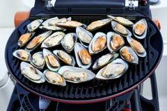 Μαγείρεμα των μυδιών στη σχάρα Στοκ φωτογραφία με δικαίωμα ελεύθερης χρήσης