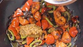Μαγείρεμα των τηγανίζοντας λαχανικών στο wok συνδετήρας Αρχιμάγειρας που τηγανίζει το τεμαχισμένο άσπρο κρεμμύδι Τεμαχισμένο onin απόθεμα βίντεο