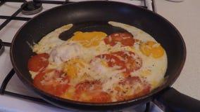 Μαγείρεμα των τηγανισμένων αυγών σε ένα καυτό τηγάνι φιλμ μικρού μήκους