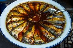 Μαγείρεμα των τηγανισμένων ψαριών Στοκ Εικόνες