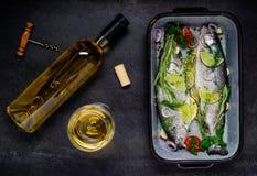 Μαγείρεμα των ψαριών με το άσπρο κρασί Στοκ Εικόνες