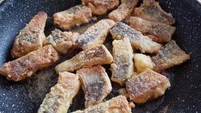 Μαγείρεμα των ψαριών σε ένα τηγάνι απόθεμα βίντεο