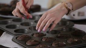 Μαγείρεμα cupcake με τη σοκολάτα απόθεμα βίντεο