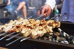 Μαγείρεμα kebabs στους καυτούς άνθρακες στη σχάρα στοκ φωτογραφία