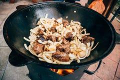 Μαγείρεμα plov στο καζάνι Μόνο κρέας και κρεμμύδια σε ένα καζάνι Στοκ εικόνα με δικαίωμα ελεύθερης χρήσης
