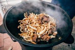 Μαγείρεμα plov στο καζάνι Μόνο κρέας και κρεμμύδια σε ένα καζάνι Στοκ εικόνες με δικαίωμα ελεύθερης χρήσης