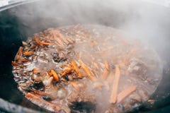 Μαγείρεμα plov στο καζάνι Μόνο κρέας, κρεμμύδια και καρότα στο τ Στοκ φωτογραφίες με δικαίωμα ελεύθερης χρήσης