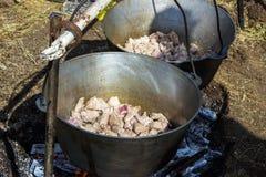 Μαγείρεμα plov στο καζάνι Μόνο το κρέας στο καζάνι Κουζίνα τομέων κουζίνα ανατολική Στοκ φωτογραφία με δικαίωμα ελεύθερης χρήσης