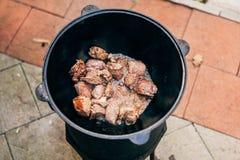 Μαγείρεμα plov στο καζάνι Μόνο το κρέας στο καζάνι fie Στοκ φωτογραφία με δικαίωμα ελεύθερης χρήσης