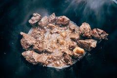 Μαγείρεμα plov στο καζάνι Μόνο το κρέας στο καζάνι fie Στοκ Εικόνες