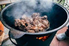 Μαγείρεμα plov στο καζάνι Μόνο το κρέας στο καζάνι fie Στοκ Φωτογραφίες