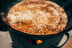 Μαγείρεμα plov στο καζάνι Ρύζι, κρέας, κρεμμύδια και καρότα μέσα Στοκ Εικόνες