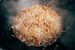 Μαγείρεμα plov στο καζάνι Ρύζι, κρέας, κρεμμύδια και καρότα μέσα Στοκ φωτογραφία με δικαίωμα ελεύθερης χρήσης