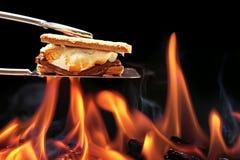 Μαγείρεμα Smore πέρα από την πυρά προσκόπων Στοκ Εικόνες