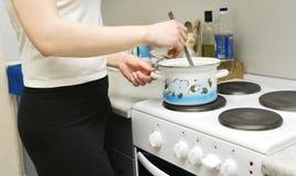 Μαγείρεμα Wooman στοκ φωτογραφία με δικαίωμα ελεύθερης χρήσης
