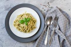 Μαγειρευμένα ζυμαρικά μακαρονιών σε ένα πιάτο με το pesto βασιλικού και το τυρί παρμεζάνας, τρόφιμα της Ιταλίας Στοκ εικόνες με δικαίωμα ελεύθερης χρήσης