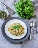 Μαγειρευμένα ζυμαρικά μακαρονιών σε ένα πιάτο με το pesto βασιλικού και το τυρί παρμεζάνας, τρόφιμα της Ιταλίας Στοκ φωτογραφία με δικαίωμα ελεύθερης χρήσης