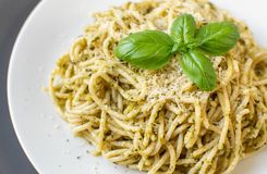 Μαγειρευμένα ζυμαρικά μακαρονιών σε ένα πιάτο με το pesto βασιλικού και το τυρί παρμεζάνας, τρόφιμα της Ιταλίας Στοκ Εικόνες