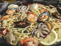 Μαγειρευμένα ζυμαρικά με τα μαλάκια, γαρίδες, χταπόδι μωρών, ντομάτα μυδιών σε ένα τηγανίζοντας τηγάνι, μακαρόνια κλείστε επάνω στοκ εικόνες