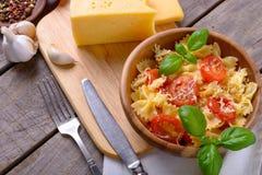 Μαγειρευμένα ζυμαρικά με τις ντομάτες και τα συστατικά Στοκ φωτογραφίες με δικαίωμα ελεύθερης χρήσης