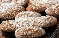 Μαγειρευμένα ιταλικά κέικ colomba Πάσχας Στοκ φωτογραφία με δικαίωμα ελεύθερης χρήσης