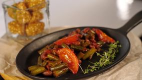 Μαγειρευμένα λαχανικά σε ένα τηγανίζοντας τηγάνι απόθεμα βίντεο