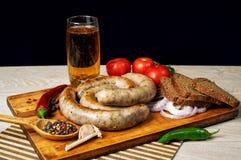 Μαγειρευμένα λουκάνικα κρέατος σε έναν ξύλινο πίνακα Στοκ εικόνες με δικαίωμα ελεύθερης χρήσης