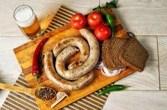 Μαγειρευμένα λουκάνικα κρέατος σε έναν ξύλινο πίνακα Στοκ φωτογραφία με δικαίωμα ελεύθερης χρήσης
