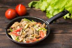 Μαγειρευμένα μανιτάρια στρειδιών με τα λαχανικά σε ένα τηγάνι Ξύλινη ανασκόπηση Τοπ όψη Κινηματογράφηση σε πρώτο πλάνο Στοκ Εικόνες