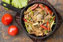 Μαγειρευμένα μανιτάρια στρειδιών με τα λαχανικά σε ένα τηγάνι ανασκόπηση παλαιά Τοπ όψη Κινηματογράφηση σε πρώτο πλάνο Στοκ Φωτογραφία