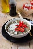 Μαγειρευμένα νουντλς σελοφάν σε ένα κύπελλο Στοκ Εικόνες